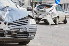 Kraksa samochodowa wypadek na ulicie, uszkadzający samochody po karambolu w mieście obrazy royalty free