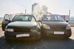 Kraksa samochodowa wypadek na ulicie uszkadzający samochody z wywołującą lotniczą torbą zdjęcia stock