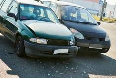 Kraksa samochodowa wypadek na ulicie uszkadzający samochody z wywołującą lotniczą torbą obrazy royalty free