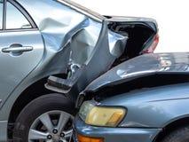 Kraksa samochodowa wypadek na ulicie z wrakiem i uszkadzaj?cymi samochodami Wypadek powodowa? zaniedbywaniem I brakiem zdolno?? j fotografia royalty free