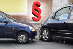 Kraksa samochodowa wypadek z akapita symbolu ruchu drogowego prawem lub samochód strony trzecia ubezpieczenia pojęciem Fotografia Stock