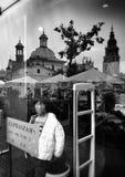 Kraków, arquitectura, reflexiones en ventanas de la tienda Mirada artística en blanco y negro Imagenes de archivo
