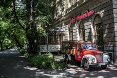 KRAKÓW, POLONIA 10 05 2015: Camión rojo con los barriles de cerveza para atraer el restaurante de la barra de los turistas debajo Fotografía de archivo libre de regalías