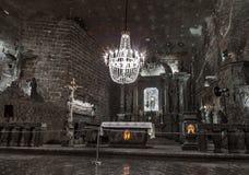 KRAKÓW, POLONIA - 13 DE DICIEMBRE DE 2015: La capilla de St Kinga se localiza 101 metros de subterráneo, Wieliczka sal Mineon 13  Imagen de archivo libre de regalías