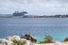 Kralendijk, Bonaire - 12 de abril de 2018: A vista do navio de cruzeiros do equinócio da celebridade entrou em Kralendijk de Te A Imagem de Stock