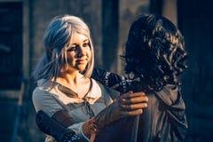 Kram för två härlig flickor för fantasi cosplay Royaltyfri Foto