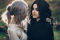 Kram för två härlig flickor för fantasi cosplay i natur Arkivbilder