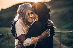 Kram för två härlig flickor för fantasi cosplay i natur Royaltyfria Bilder