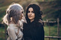 Kram för två härlig flickor för fantasi cosplay i natur Fotografering för Bildbyråer