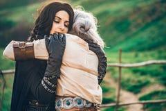 Kram för två härlig flickor för fantasi cosplay i natur Royaltyfri Foto