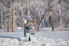 Kram för två lilla systrar i insnöad vinter Fotografering för Bildbyråer
