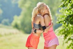 Kram för två unga kvinnor Royaltyfri Foto