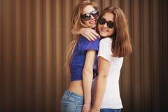 Kram och skratta för ung kvinna två Arkivbilder