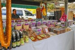 Kram tradycyjne cukierki fundy i asortowani fr dokrętek i wysuszonych fotografia royalty free