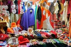 Kram z kolorowy woolen odziewa przy bożymi narodzeniami wprowadzać na rynek w Ryskim Fotografia Royalty Free