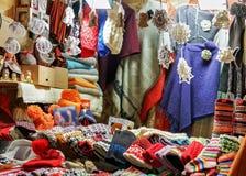 Kram z kolorowy woolen odziewa przy Ryskim boże narodzenie rynkiem Zdjęcia Stock