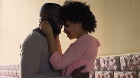 Krama afrikanska par som tycker om staden, datera utomhus-, älskar först känsla, affektion arkivfilmer