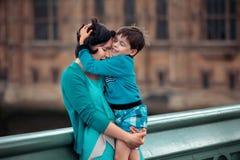 krama den älska sonen för moder utomhus royaltyfri bild
