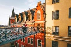 Krama förälskat resa för par tillsammans i Stockholm royaltyfri bild