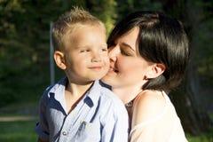 Krama för moder och för son Royaltyfri Fotografi