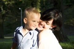 Krama för moder och för son Royaltyfri Foto