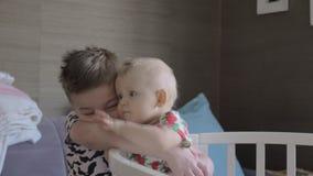 Krama för pojke som är hans, behandla som ett barn systern i en lathund stock video
