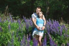 Krama gravida par för barn Royaltyfri Fotografi