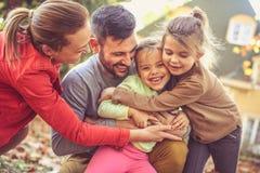 Krama klåda gör annat oss lyckliga Familj Tid royaltyfri fotografi