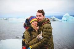 Krama par med stycket av is Fotografering för Bildbyråer