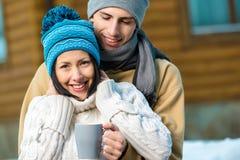 Krama par som utomhus dricker te fotografering för bildbyråer