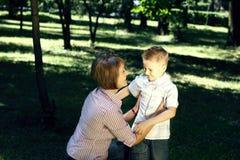 krama sunen för mom utomhus royaltyfri bild