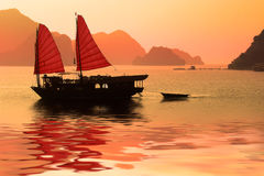 Kramboot bei Sonnenuntergang in Halong-Bucht Vietnam Stockfotos