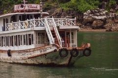 Kramboot, das in langer Bucht ha, Vietnam nahe Überraschungs-Höhle anlegt stockbild
