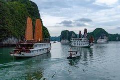 Kramboote, die an der Überraschungs-Höhlen-Bucht in langer Bucht ha, Vietnam anlegen lizenzfreie stockfotos