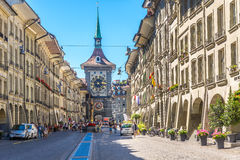 Kramgassestraat met Zytglogge - Torenklok in Bern Stock Afbeelding