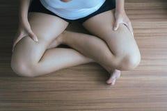 Krampfadern auf dem Frauenbein, normale Adern nahe der Hautschicht schwellen heraus, und Blut wird angesammelt, um ein blutiges B Stockbild