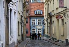 Kramu gata i gamla Riga, Lettland Den Kramu gatan är mycket kort, det är från gatan för TirgoÅ † u till den Jauniela gatan Fotografering för Bildbyråer