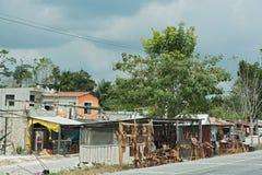 Kramy sprzedaje drewniane pamiątki na ulicie blisko Campeche, Mexico Zdjęcia Stock