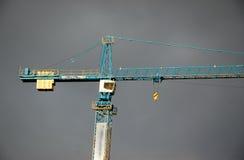 Kran über dem grauen Himmel Lizenzfreies Stockfoto