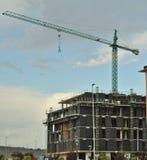 Kran über einem Gebäude Lizenzfreies Stockbild