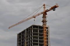 Kran über konstruiertem Wolkenkratzer Lizenzfreies Stockfoto