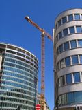 Kran über modernen Gebäuden lizenzfreies stockbild