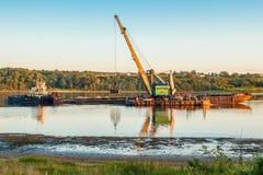 Kran auf dem Schiff produziert Sand auf dem Fluss lizenzfreies stockfoto