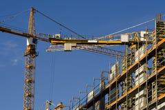 Kran auf einer Baustelle lizenzfreies stockbild