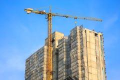 Kran auf im Bau Gebäude Lizenzfreies Stockbild
