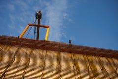 Kran auf Industriegebäude Lizenzfreie Stockfotografie