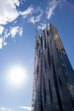 Kran auf Wolkenkratzer Stockfoto