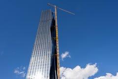 Kran auf WolkenkratzerBaustelle Stockbild