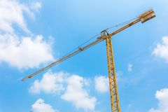 kran bu construction residential Enorm kran mot blå himmel TornCR royaltyfri bild