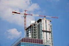 Kran construstion über Gebäude Lizenzfreie Stockbilder